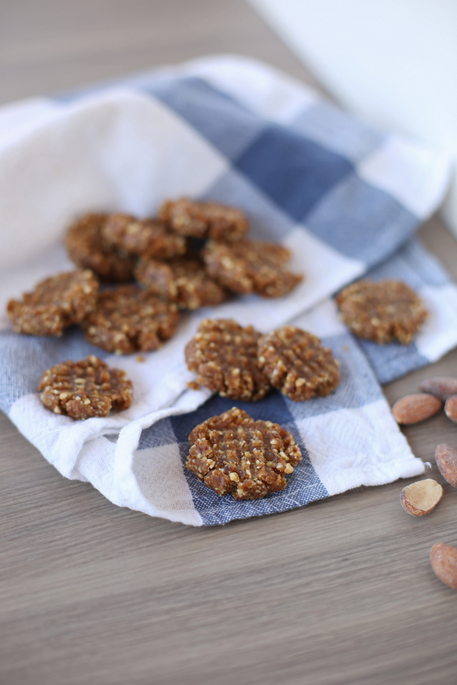 No-bake (and no sugar!) peanut butter cookies that are seriously amazing. Plus, you only need 4 ingredients! #glutenfree #whole30
